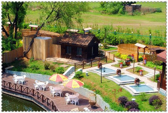 东湖温泉度假村位于古城南京东郊汤山东湖丽岛水利风景区内,度假村